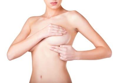 Le traitement de la coque sur implant mammaire est chirurgical