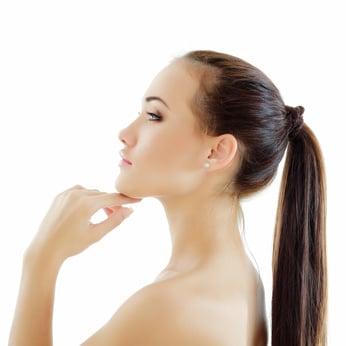 La génioplastie traite un menton en retrait trop en arrière ou saillant trop en avant