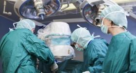 La chirurgie esthétique est une spécialisation de la chirurgie plastique, qui elle-même est aussi une spécialisation de la médecine générale