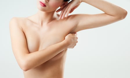 La chirurgie esthétique des bras corrige les excédents graisseux et cutanés selon les cas