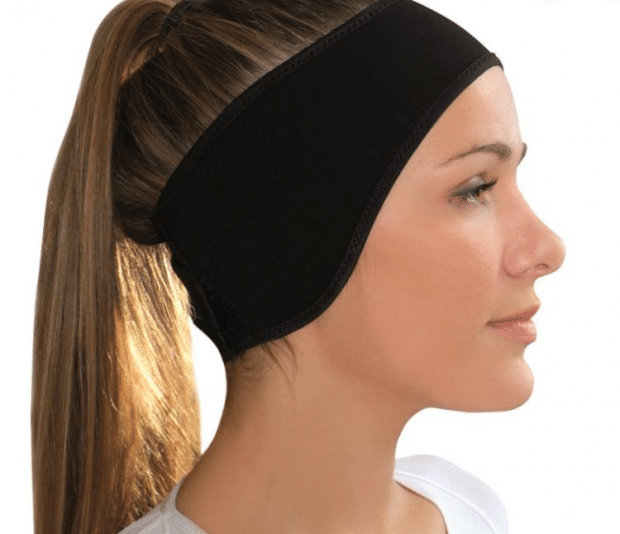 Modèle femme du bandeau a porter après l'opération pour oreilles décollées